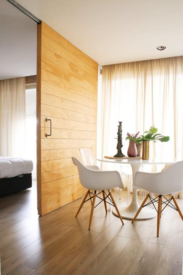puerta de madera corredera con guía vista