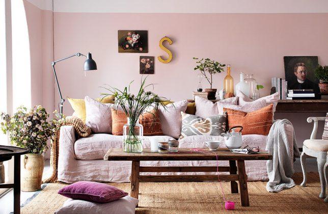salón con pared pintada a media altura con tonos blancos y rosas